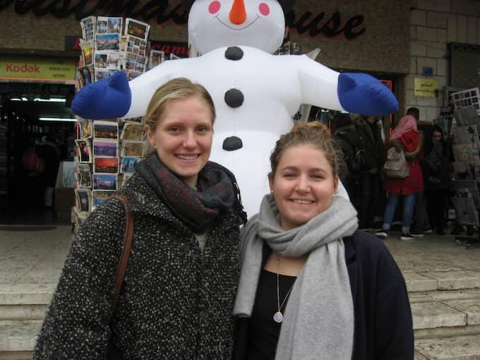 Systrarna Paula, 18, och Merle Rohwer, 20, Tyskland, båda arbetar som kyrkliga volontärer i Mellanöstern: – Verkligen skillnad mot julen hemma i Frankfurt. Där firar vi lugnt med familjen. Här är det så mycket folk, så festligt. Det är fascinerande. Foto: Arne Lapidus