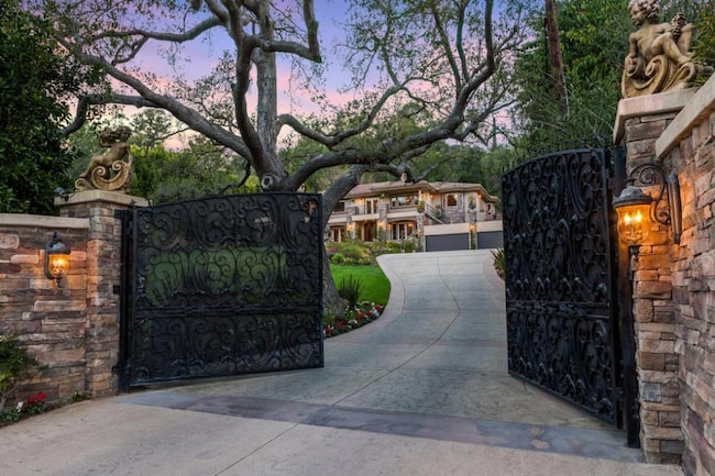 Bakom murarna och grinden döljer sig världens mest kända hem...