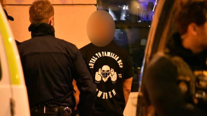 Sent på kvällen fredagen den 15 september stoppades och kontrollerades den här mannen vid Möllevångstorget. Bilden är den första på en medlem av Loyal to Familia i Malmö.