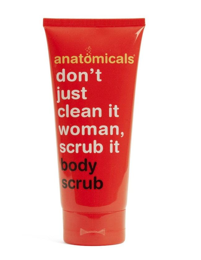 Body scrub, 200 ml, 79 kr, Anatomicals<br>3 getingar<br>En kroppspeeling med det roliga -och anatomicals signum- budskapet; Think of your body as your kitchen floor. Don't just clean it woman, scrub it! Skön gelé och lyxig doft men passar bättre som tvål än peeling då den löddrar friskt men det är lite väl glest mellan peelingkornen.