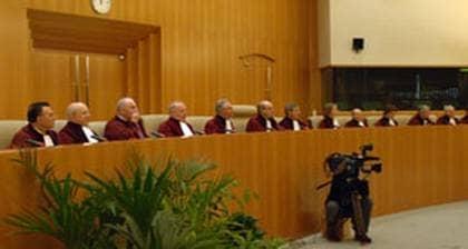 Allt fler ärenden som inte tas om hand här hemma hamnar hos Europadomstolen. Över 100.000 klagomål står i kö för prövning.