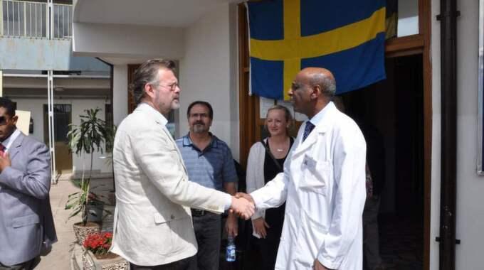 Läkaren Fikru Maru, till höger, har suttit fängslad i ett år i Etiopien. Här skakar han hand med förre ambassadören Jens Odlander. Foto: Lars Wiklund