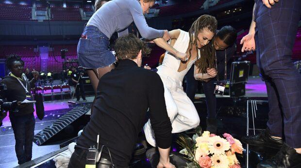 Mariette skulle ta vinnarbild – då ramlar hon igenom scenen