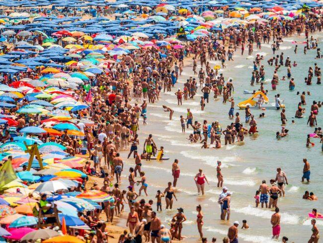 Stranden i Benidorm i Spanien invaderades av solbadare i veckan.