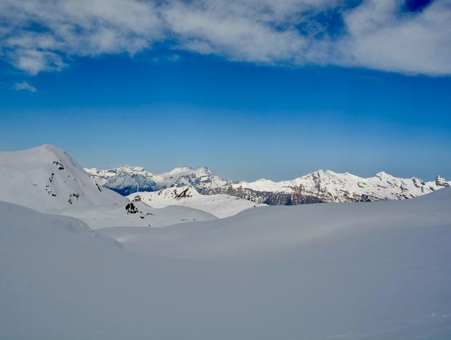 Utsikten över den snötäcka sjön Lac des Vaux är fantastisk.