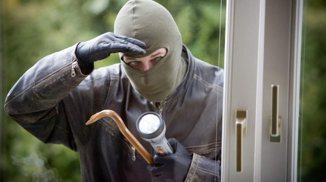 Innan du åker hemifrån, ta 30 minuter för att gå igenom ditt hem och se till att dörrar och fönster är stängda och låsta. Prata också med grannar, som kan hjälpa till och få det att se ut som om någon är hemma.