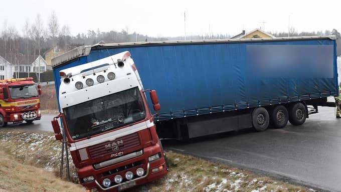 På förmiddagen fick en lastbil sladd i Marks kommun och lade sig på sidan på vägen. Foto: Joakim Eriksson/Agena Foto