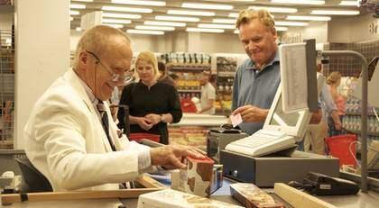 I Icas kommande reklamfilm kommer Teliapappan (Roland Nordqvist) på besök i Ica-Stigs (Hans Mosesson) butik. Foto: ICA