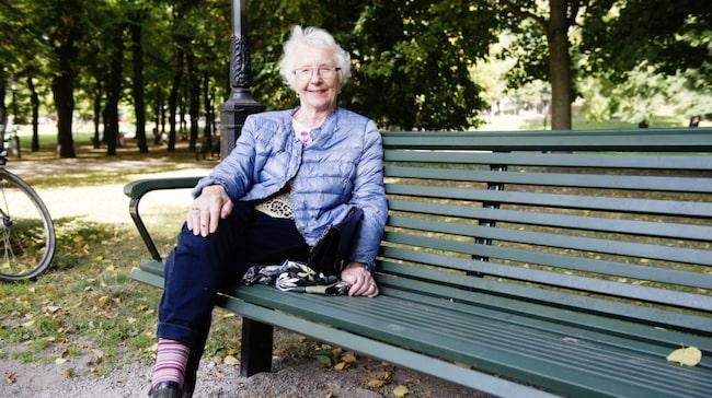 """Vad gör du för att sova gott om natten? Sylvi Fröroth, 84, Stockholm: """"Ibland vaknar jag av att jag har ont i ryggen. Då går jag upp och går lite, så brukar jag kunna somna om. Jag lyssnar alltid på radio när jag ska sova."""""""