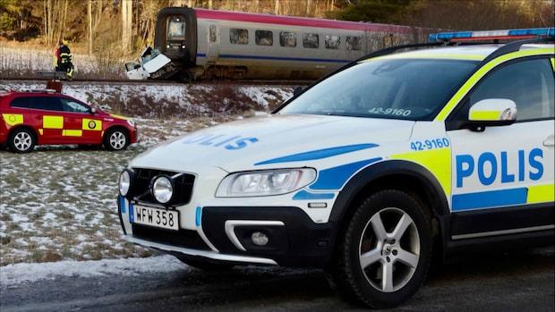 En död – bil  släpades framför tåg