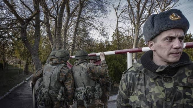 KRIM. En ukrainsk militärbas övertagen av ryska soldater. Foto: Jonte Wentzel