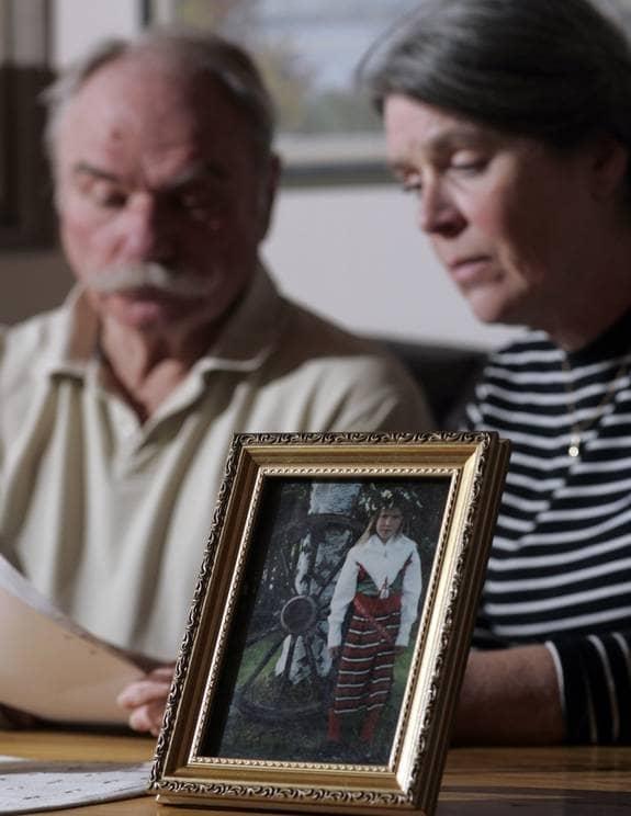 Förtvivlade. Sven och Inger Johansson sörjer sitt barnbarn Julia, som dog 13 år gammal. Samtidigt kämpar de för att dottern Marie ska få tid att arbeta med sin sorg. Foto: HENRIK HANSSON
