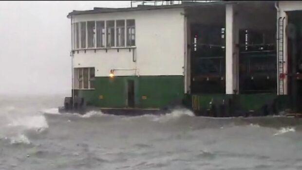 Tolv döda i tyfon – stora översvämningar