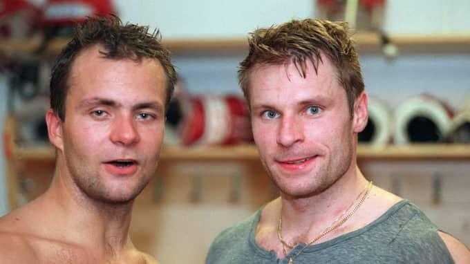 Aleksi Saarelas pappa Pasi spelade i Frölunda säsongen 1999/2000. Här tillsammans med Juha Ikonen. Foto: Lennart Månsson
