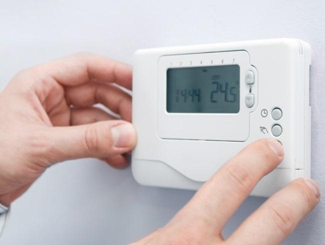 Genom att låsa termostaterna kan hotellen spara stora pengar.