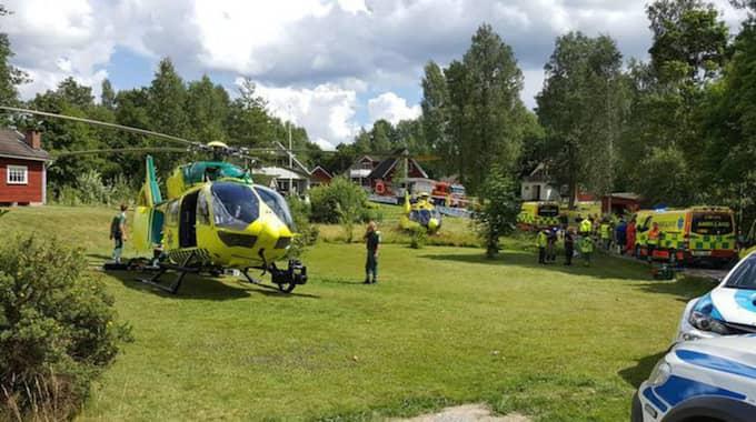 En rallybil körde jakt ut i publiken och fyra personer varav ett spädbarn skadades. Foto: Linus Carle/Arvika Nyheter