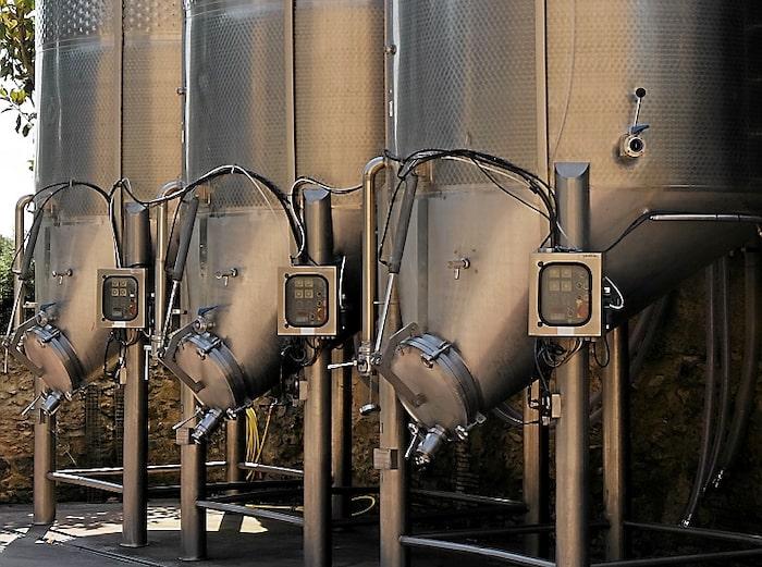 Vin blir till i de stora utomhustankarna på vingården Mas Oller. Grenache-druvan är  vanligast här, lokalt kallad garnatxa.