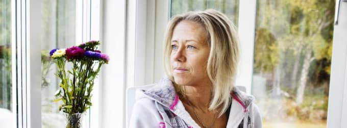"""Linda Börjesson har haft svåra magsmärtor hela sommaren. En odling visade att hon hade multiresistenta bakterier i hela magen. Men detta resultat glömdes bort och tvåbarnsmamman från Lyrön utanför Orust behandlades med den ena verkningslösa antibiotikakuren efter den andra. När misstaget upptäcktes var det försent och operation enda utvägen. """"Jag vaknade upp med ett stort ärr och en stomipåse på magen. Det här hade jag sluppit om jag fått rätt medicin från början, säger en förtvivlad Linda som nu ska anmäla sjukhuset Näl. Foto: Anna Svanberg"""