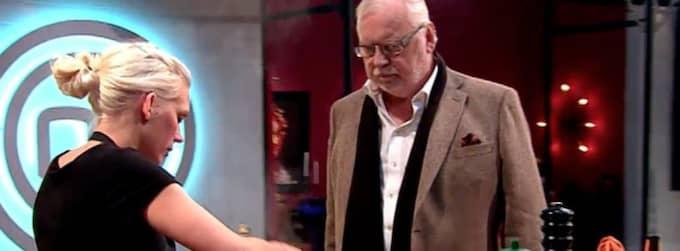 Josefina Drake misslyckades i utslagstävlingen. Här med juryns Leif Mannerström. Foto: TV4