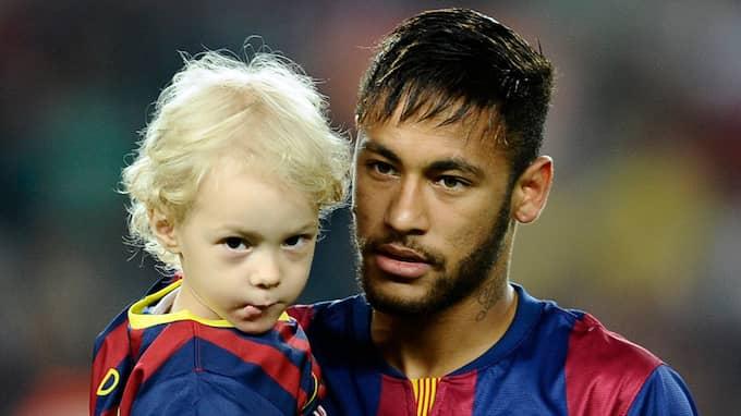 Neymar med sin son. Foto: MANU FERNANDEZ / AP