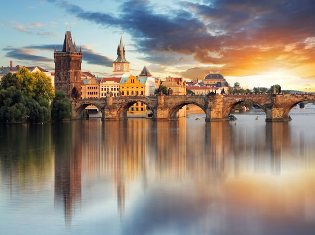 Den vackra Karlsbron är byggd över floden Moldau i Prag och byggdes under Karl IV:s regeringstid.