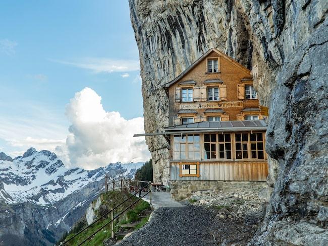 Nu öppnar Schweiz mest kända restaurang Äscher Mountain Restaurant igen. Byggnaden som ligger inkilad i en klippskreva byggdes 1884, men har inte klarat den ökande turistanstormningen.