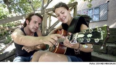 Quetzala får lära sig spela gitarr med Patrik Isaksson... som hade mycket överseende.