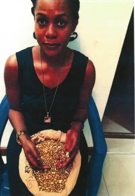 Angella Chebet skickade kärleksfulla meddelanden och bilder där hon höll i guld som Heinsoo lurades tro att han betalade fraktkostnaden för, enligt åtalet. Foto: Polisen