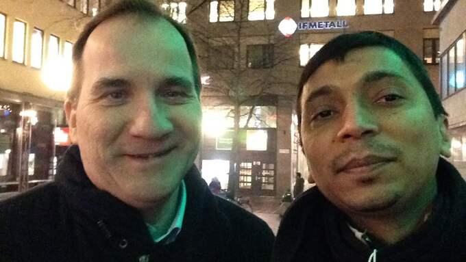 Anwar Hossain tar en selfie med Stefan Löfven efter en intervju. Foto: Anwar Hossain