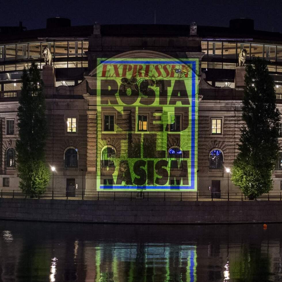 """Riksdagshuset upplyst med Expressens löpsedel: """"Rösta nej till rasism"""" Foto: Suvad Mrkonjic"""