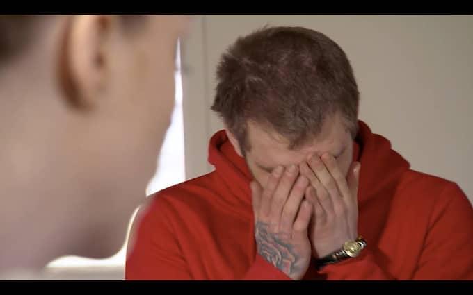 Christoffer bryter ihop av förtvivlan i programmet. Foto: TV3
