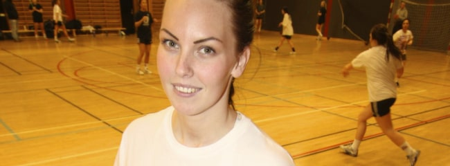Tränar bort smärtan. Maria Broström, 27, tvingades ge upp sin handbollskarriär på grund av artros. Men nu håller hon smärtan i schack med träning.