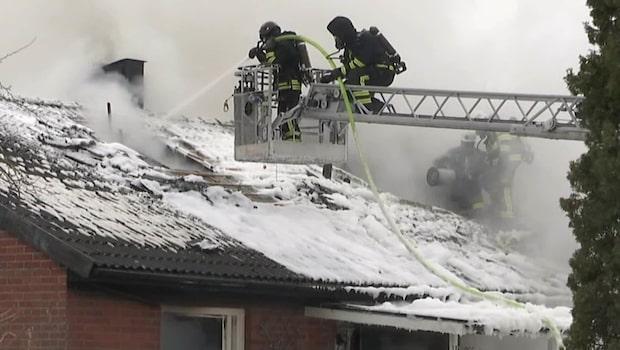 Storbrand i radhuslänga i Bålsta