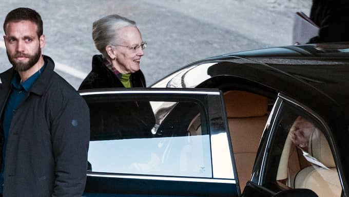 Drottning Margrethe anlände i fredags till Rigshospitalet för att hälsa på sin make Foto: MARTIN SYLVEST / AP TT NYHETSBYRÅN