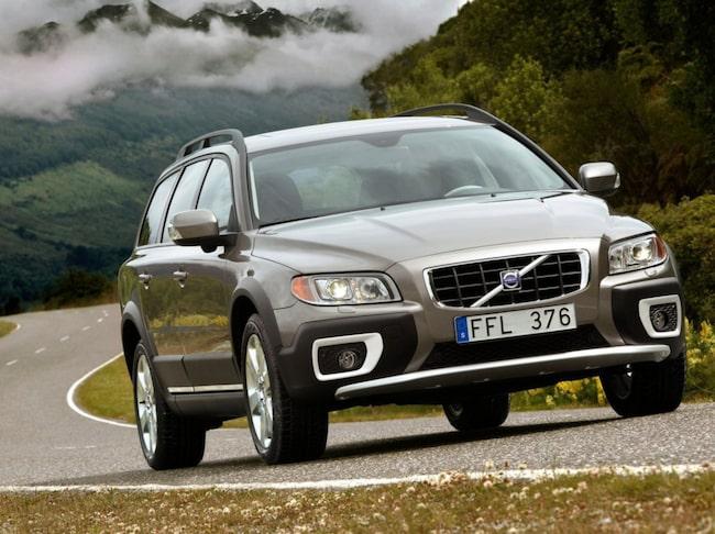 Låga räntor och privatleasing gör att många satsar på en helt ny bil. Begbilsförsäljningen backar med över fyra procent.