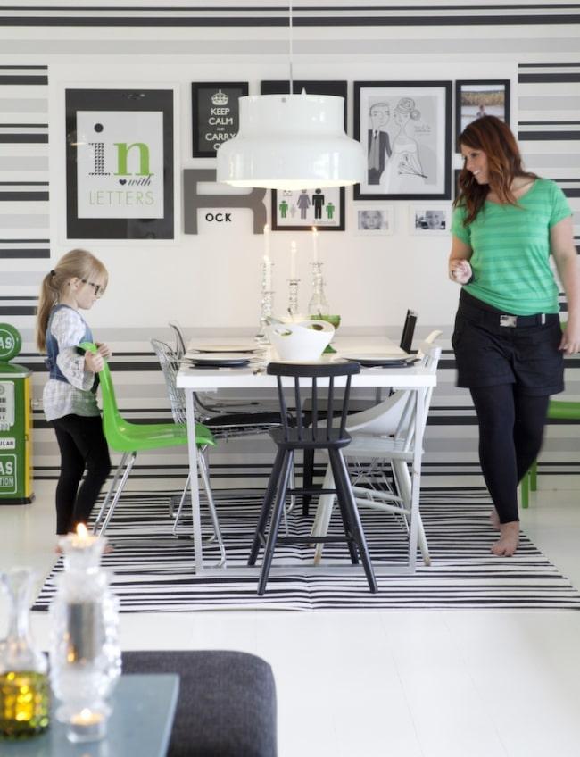 Therese brukar byta ut färgdetaljer när andan faller på. Basen i hemmet är svart, vit och grå. Hon kryddar gärna inredningen med färgstarka detaljer. Just nu är favoritfärgen grönt.