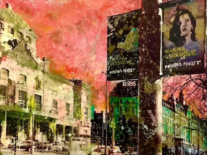 """Ett originalmotiv av Maria Larkman är """"Rosa drömmar, Dramaten"""" med en intensivt korallrosa himmel över Kungliga Dramatiska teatern."""