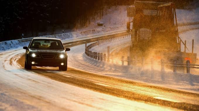 När kalla vägbanor träffas av regnet blir det farligt för alla som är ute i trafiken under natten och morgonen. Foto: Tommy Pedersen