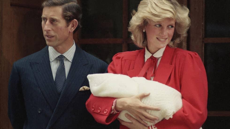 Prins Charles och prinsessan Diana med sonen Harry 1984. Dianas älskare James Hewitt har pekats ut som pappa till Harry – men har förnekat. Foto: AP