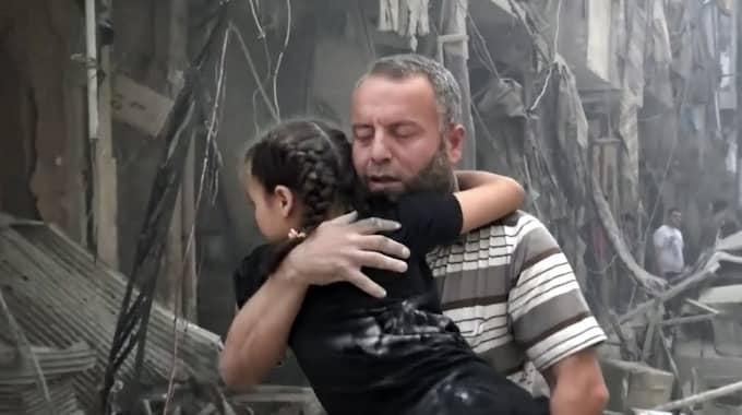 En man och en flicka efter bombningar i Aleppo. Foto: Ap / AP TT NYHETSBYRÅN