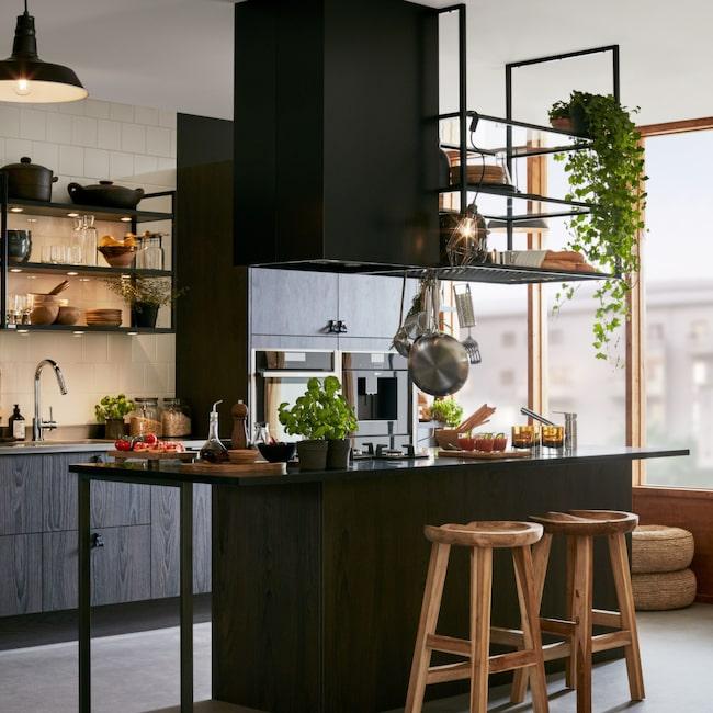 Köket Malevik gör det möjligt att skapa annorlunda lösningar med öppna hyllor, vitrinskåp och ett gammaldags skafferi. Pris för hela köket, 170 000 kronor, Marbodal.