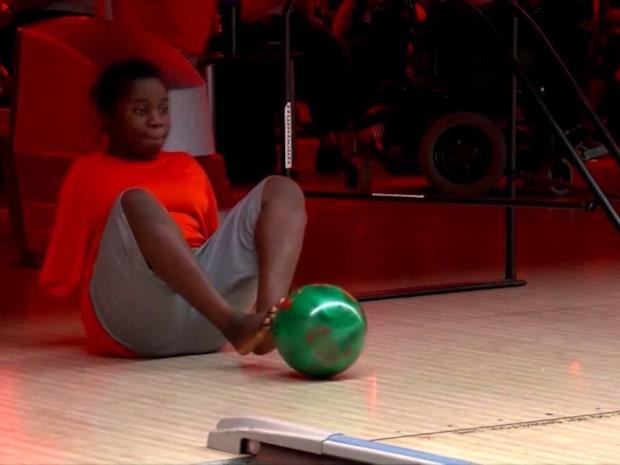 Möt tonåringen som spelar bowling utan armar