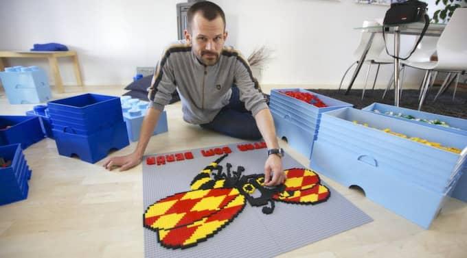 Lek med sting. När Expressen hälsade på Stefan Holm hade han en överraskning - Expressengetingen som legofigur. Foto: Mats Endermark
