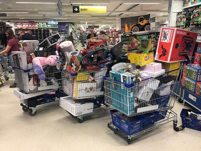 I en grupp på Facebook har hon lagt upp en mängd bilder på allt möjligt som man kan köpa i varuhuset för att tipsa andra shoppingsugna.
