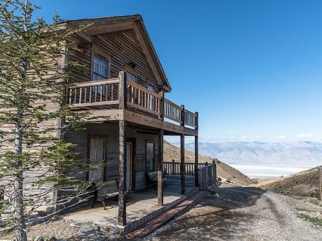 Hotell, bar och eget kapell finns i bergsstaden.
