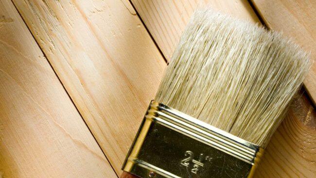 Viktigt innan du börjar måla trägolvet: rådgör med din färghandlare. Det finns massor av val va färg och material.