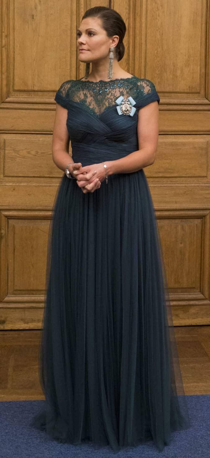 Kronprinsessan Victoria klädd för supé på Kungliga slottet för riksdagsledamöterna. Victoria bar en blågrön klänning med spetsliv och stora örhängen, från Oscar de la Renta. Dessa tassel-örhänegn finns i en mängd olika färger och du hittar modehusets hemsida för knappt 4000 kronor. Foto: David Sica