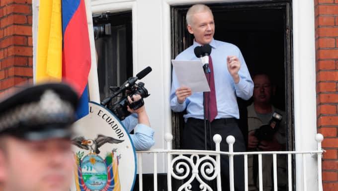 Julian Assange på balkongen på Ecuadors ambassad i London. Foto: Rosie Hallam
