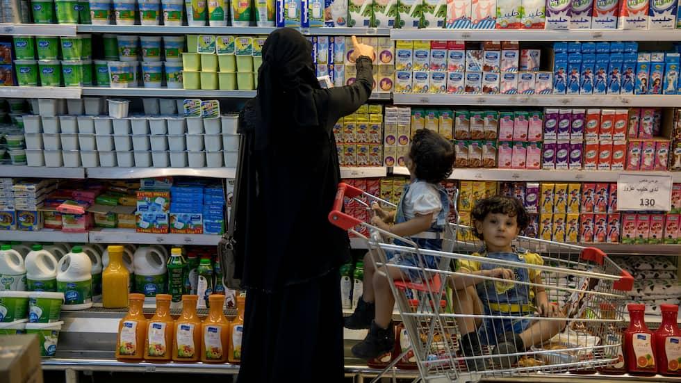 FULLT PÅ HYLLORNA. På den stora mataffären i Aden råder ingen matbrist. Hyllorna är fyllda med både inhemska och importerade varor. Foto: NICLAS HAMMARSTRÖM