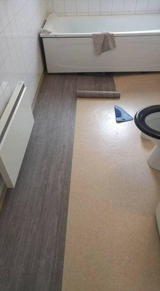 Här ser man det gamla golvet i Annikas badrum som börjar täckas av dekorplast...
